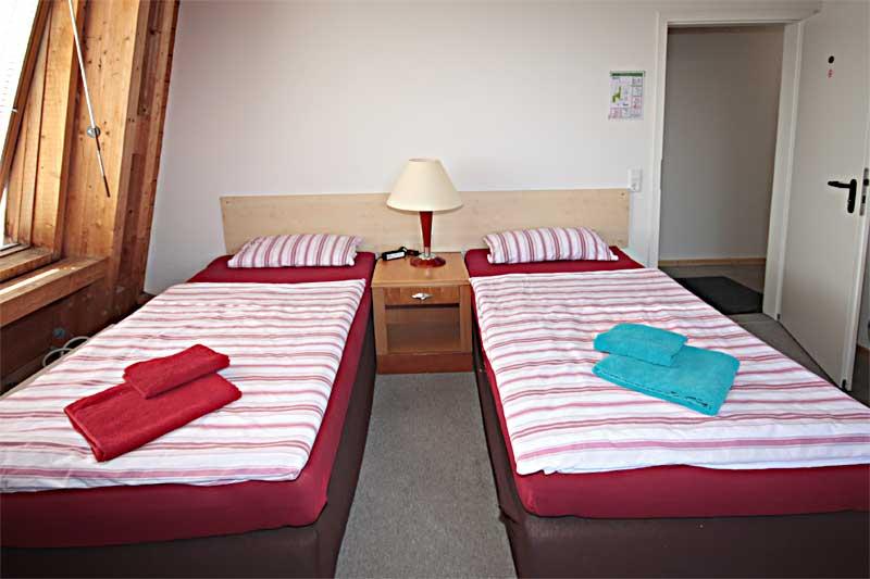 Betten im Zweibettzimmer der Pension Bianca