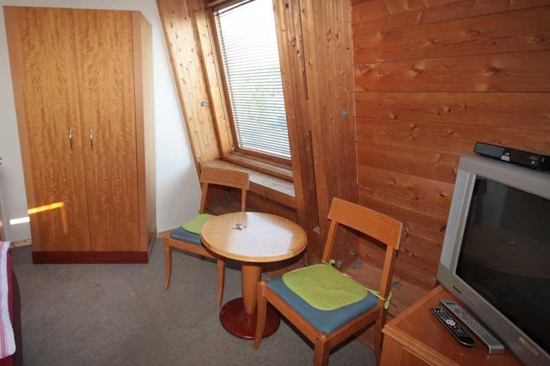 Zweibettzimmer-TV-Schrank-Sitzgelegenheit-Pension-Bianca